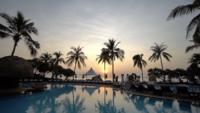Piscine extérieure au lever du soleil