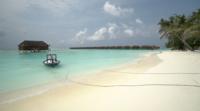 Mooi tropisch strand op het eiland van de Maldiven