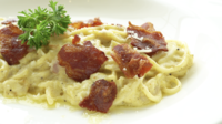 Spaghetti Carbonara op een witte plaat
