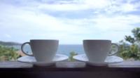 Kaffekoppar med utomhusutsikt