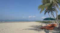 Paraplystolar på stranden