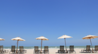 Sonnenschirm Stühle am Strand