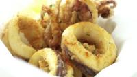 Gebratener Tintenfisch Calamari mit Soße