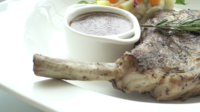Varkenskoteletlapje vlees in een witte plaat
