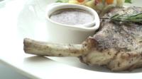 Steak de côtelette de porc dans une assiette blanche