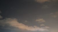 Molnig himmel vid solnedgången