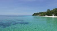 De heldere oceaan en het eiland