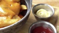 Pommes Frites Mit Cheddar-Käse
