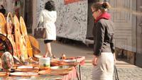 Mujer de compras en las calles