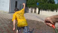 Mannen spelen met een waterslang