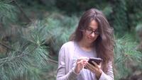 Jonge vrouw met een smartphone