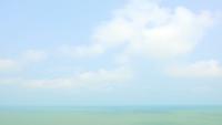 Nuages blancs se déplaçant sur la mer