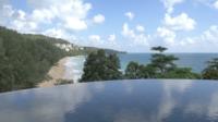 Buitenzwembad met zeezicht