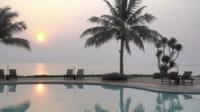 Buitenzwembad bij zonsondergang
