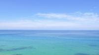 Mar azul calmo