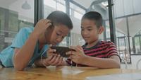 Chicos jugando juegos en línea