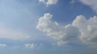 Verschieben von Wolken um einen blauen Himmel