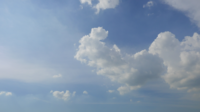 Bewegende wolken rond een blauwe hemel