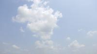 Moviendo las nubes alrededor de un cielo azul