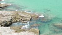 Wellen über Felsen