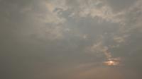Solnedgång eller soluppgång bakom molnen