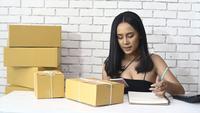 Mujer vendiendo productos en línea
