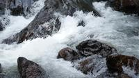 Vattenfall med stensteg i Thailand