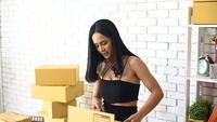 Vrouw die producten online verkoopt