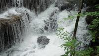 Cascada con escalones de piedra en Tailandia