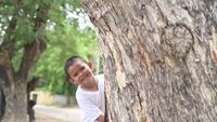 Um menino brinca de esconde-esconde
