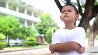 Ein Junge schaut in den Himmel und denkt
