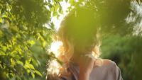 Mulher em um parque de verão