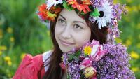 Ung kvinna med en krans av blommor