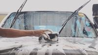 Autowaschanlage, die ein Auto säubert