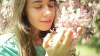 Mulher cheirando flores