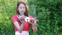 Jeune femme avec une gerbe de fleurs