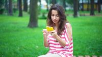 Ung kvinna med en smartphone