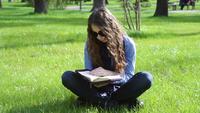 Mujer joven, lectura, en el parque
