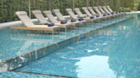 Buitenzwembad met stoelen