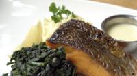 Posta de salmão com espinafre