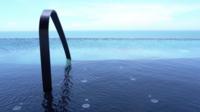 Utomhuspool med havsutsikt