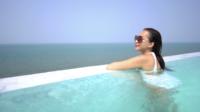 Jovem mulher relaxante na piscina