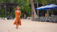 Joven mujer caminando por la playa