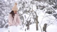 Kvinna utanför när det snöar