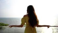 Kvinna Som Ser På Havet