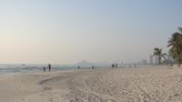 Le coucher de soleil sur une plage urbaine