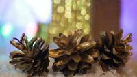 Conos de pino y caja de regalo