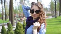 Posera för ung kvinna