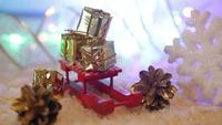 Mini cajas de regalo en un trineo rojo