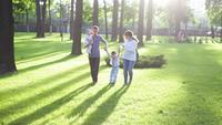 Familia joven en el parque